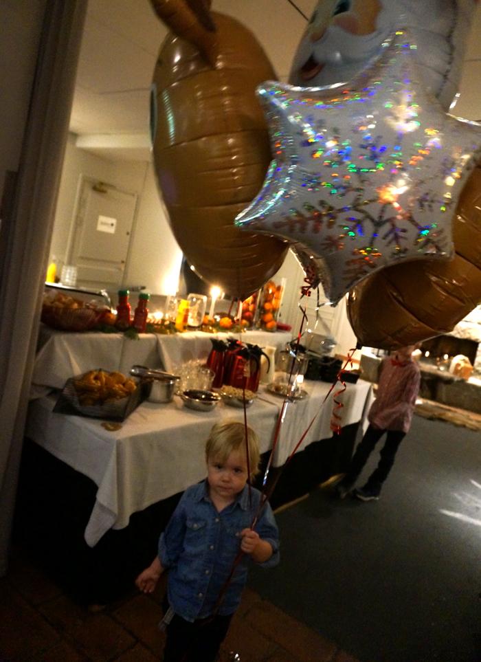 Nöjd kille med ballonger