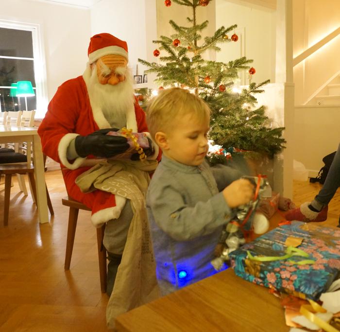 Hjalmar öppnar paket
