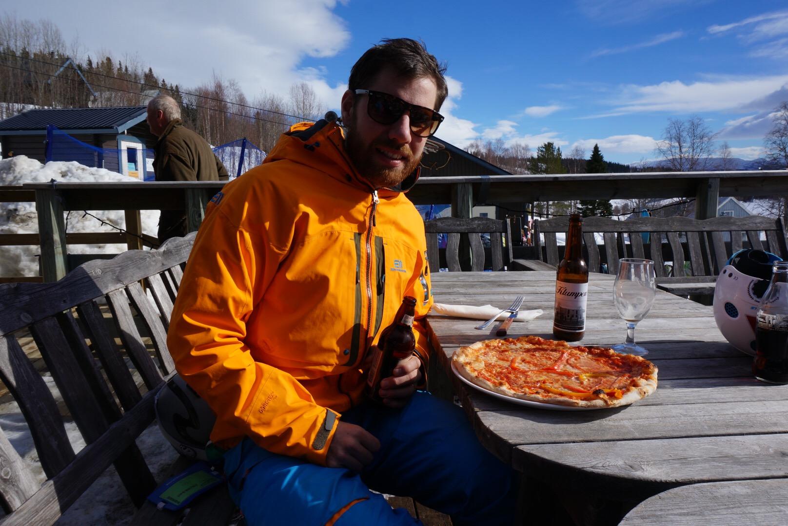 Nöjd kille med pizza och öl