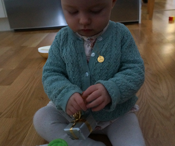 Ella öppnar sina namngivningspresenter