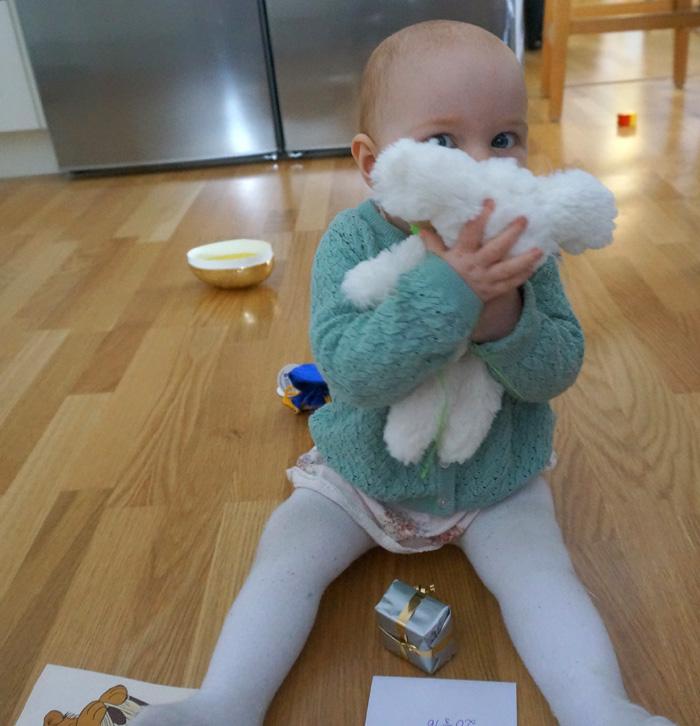 Ella myser med sin kanin