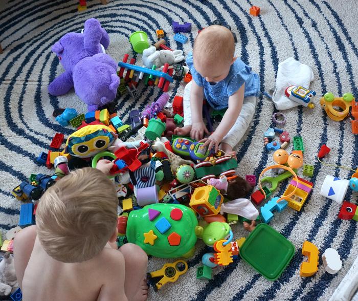 barn_med_leksaker