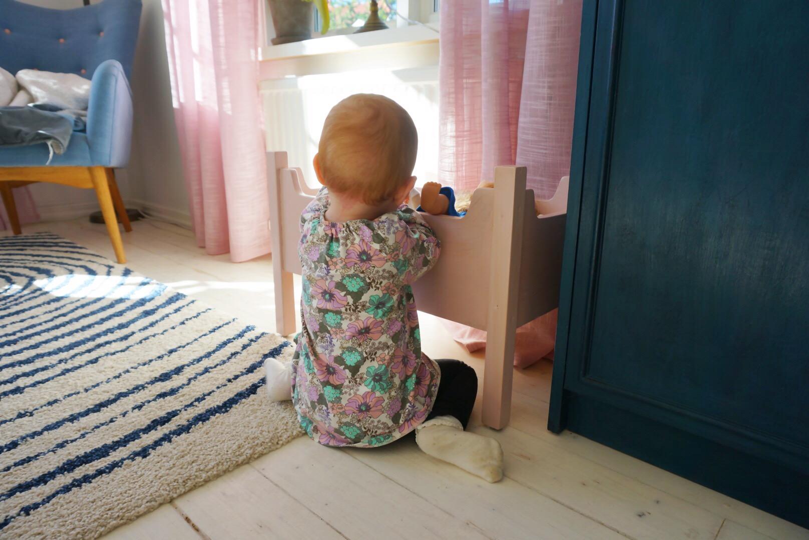 ella leker med docksängen