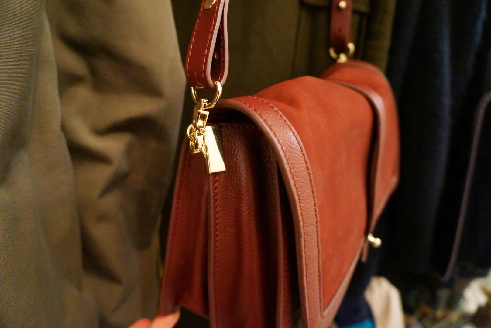 vinröd väska