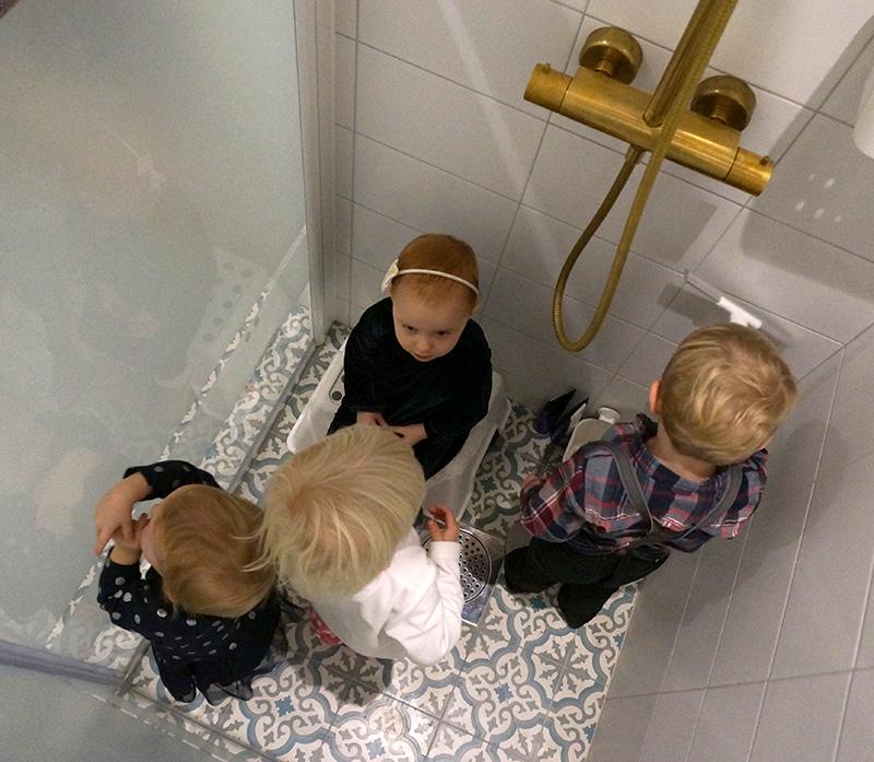 barn i duschen