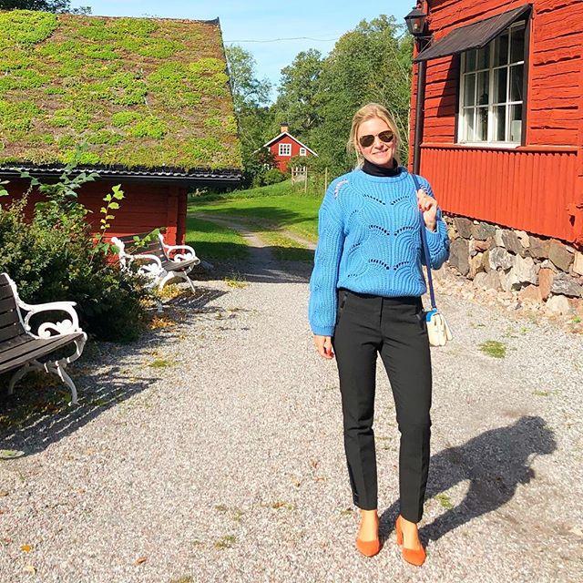 Mia med blå stickad tröja