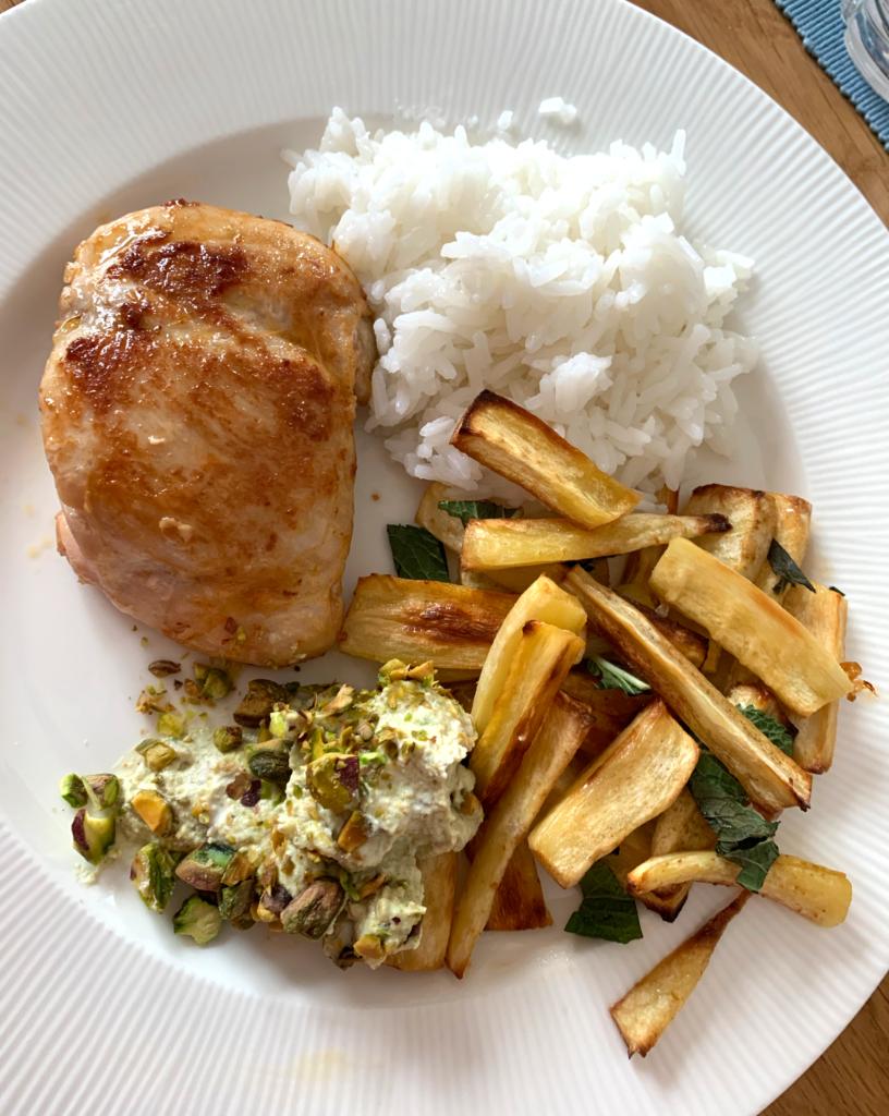 Kyckling med harissa, pistagenötssås och rostad palsternacka